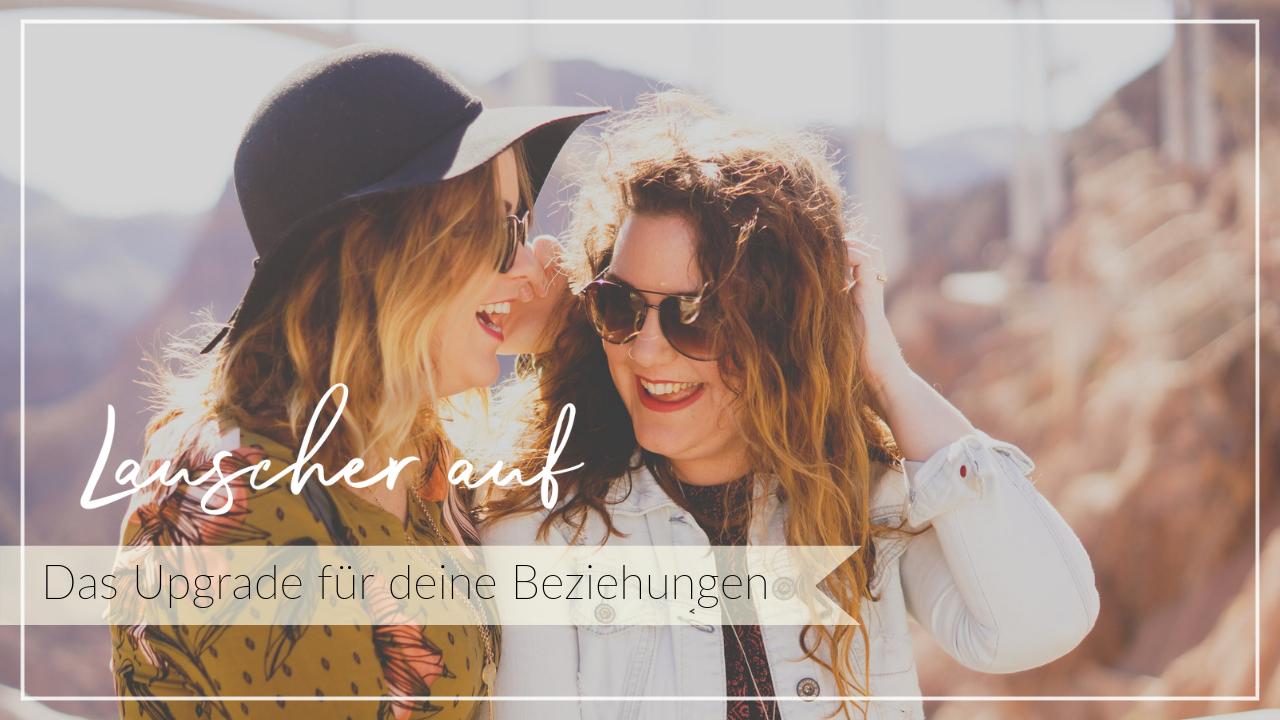 Zwei Frauen lachen und hören zu, glückliche Freundschaft, Beziehung