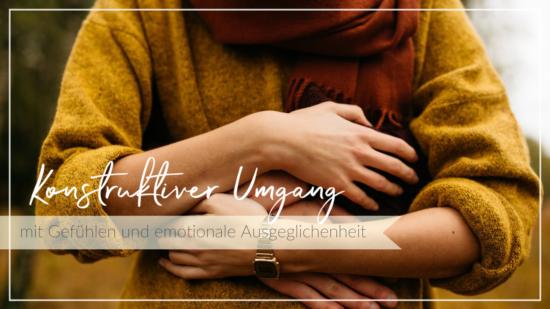 Junge Frau wird von hinten umarmt, umarmt sich selbst, Schriftzug Emotionale Ausgeglichenheit und Umgang mit Gefühlen