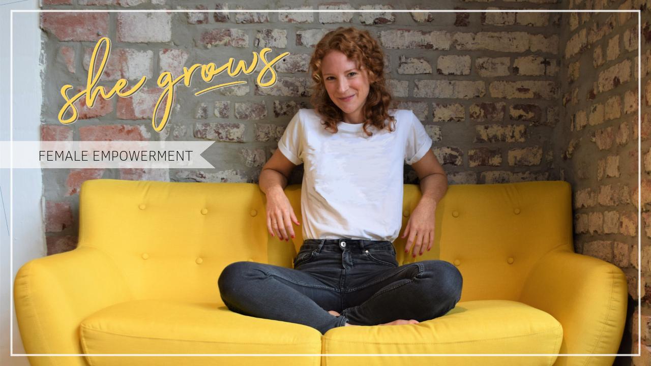 she grows Podcast Titelbild zur Trailer Folge, junge fröhliche Frau auf einem gelben Sofa, Schriftzug she grows Female Empowerment