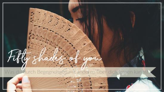 Frau hält einen Fächer vor ihr Gesicht, Selbsterkenntnis durch Begegnungen mit anderen, Schriftzug Fifty shades of you - was du durch Begegnungen mit anderen über dich lernen kannst