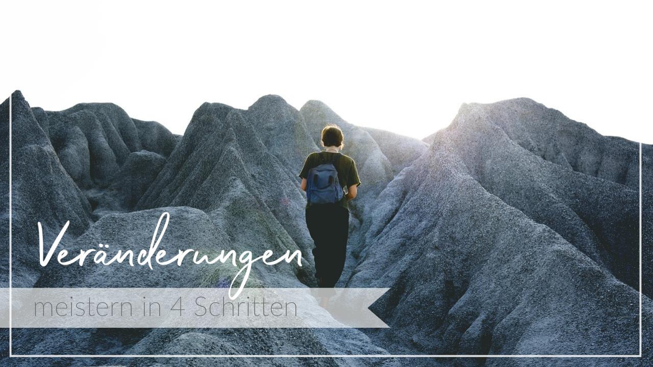 Frau überwindet Steigung im Gebirge, Schriftzug Veränderungen meistern in vier Schritten