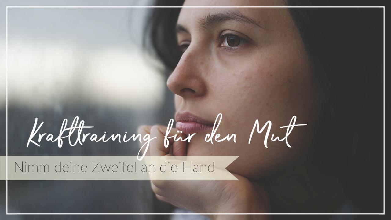 Nachdenkliche Frau, Schriftzug Krafttraining für den Mut - Nimm deine Zweifel an die Hand