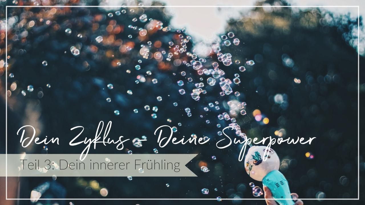 Seifenblasen vor grünem Hintergrund, Potential und Möglichkeiten, Schriftzug Dein Zyklus, deine Superpower, Dein innerer Frühling