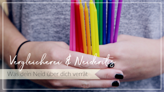 Hände mit schwarz lackierten Nägeln halten verschiedene bunte Kerze. Schriftzug Vergleichen und Neid, was dein Neid über dich verrät