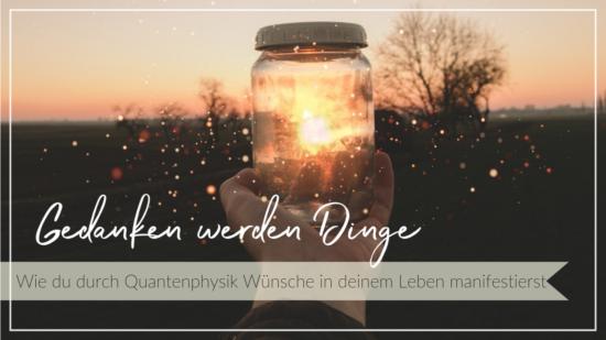 Leuchtendes Glas in einer Hand vor einem Abendhimmel mit glitzernden Partikeln in der Luft, Schriftzug Gedanken werden Dinge, durch Quantenphysik Wünsche in deinem Leben manifestieren