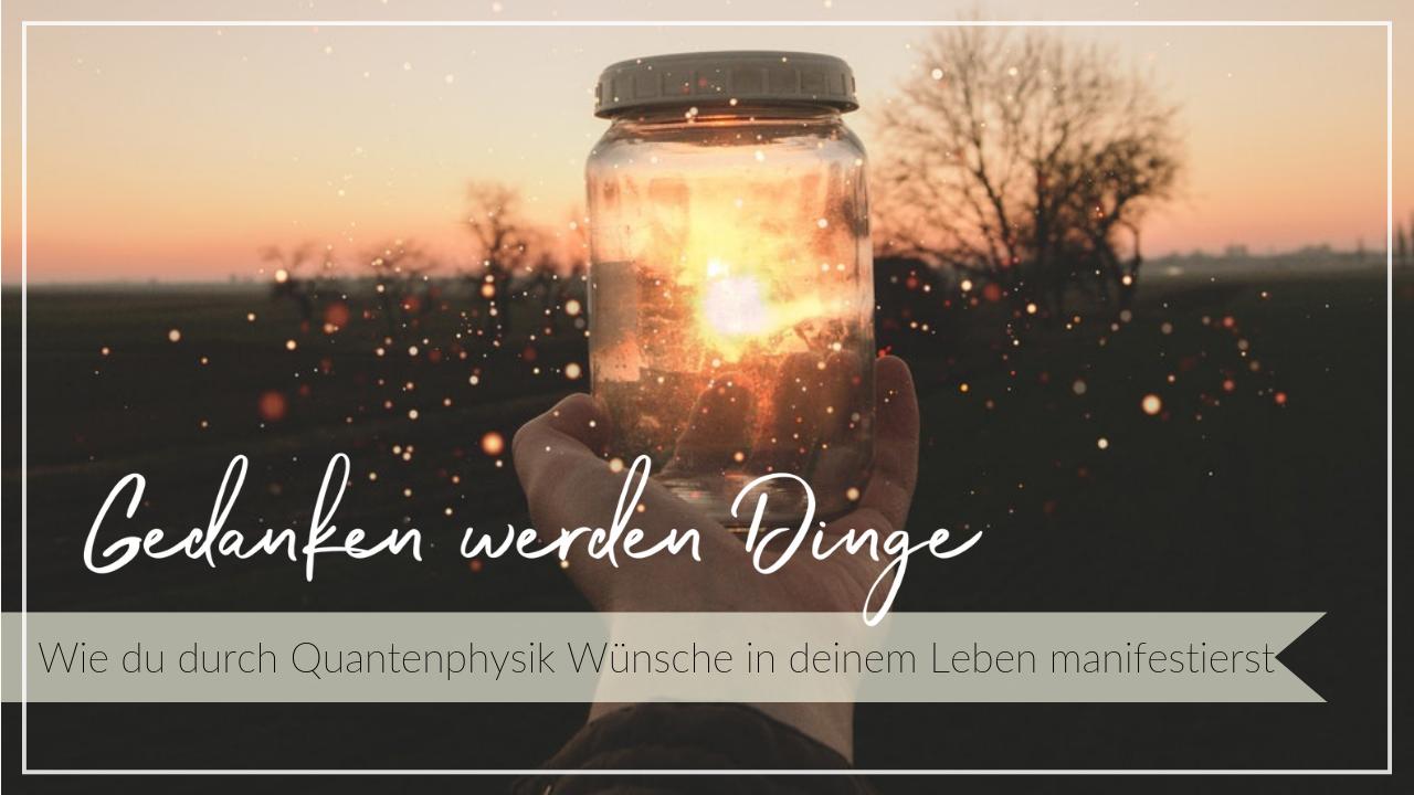Leuchtendes Glas in einer Hand vor einem Abendhimmel mit glitzernden Partikeln in der Luft, Schriftzug Gedanken werden Dinge, wie du durch Quantenphysik Wünsche in deinem Leben manifestierst