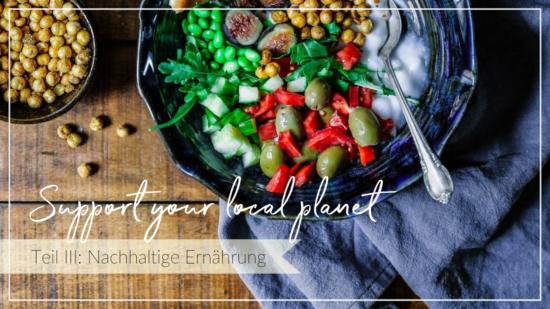Bunter Salat auf einem Holztisch, Schriftzug Support your local planet, pflanzliche Ernährung