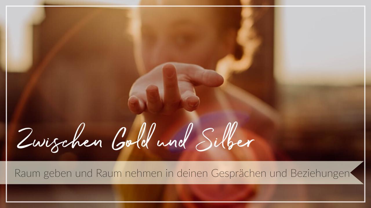 Junge Frau streckt dem Betrachter im Sonnenuntergang ihre Hand entgegen. Schriftzug Zwischen Gold und Silber - Raum geben und Raum nehmen in Gesprächen und Beziehungen